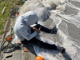 漁に向けて使用する網を補修している様子