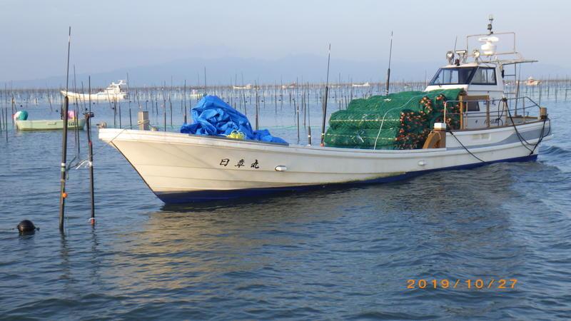 漁船に積み込まれたノリ網(緑)