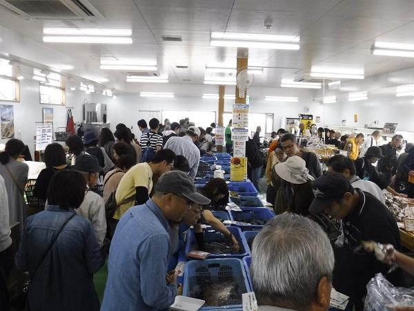 買い物客であふれる直売所「四季旬海」