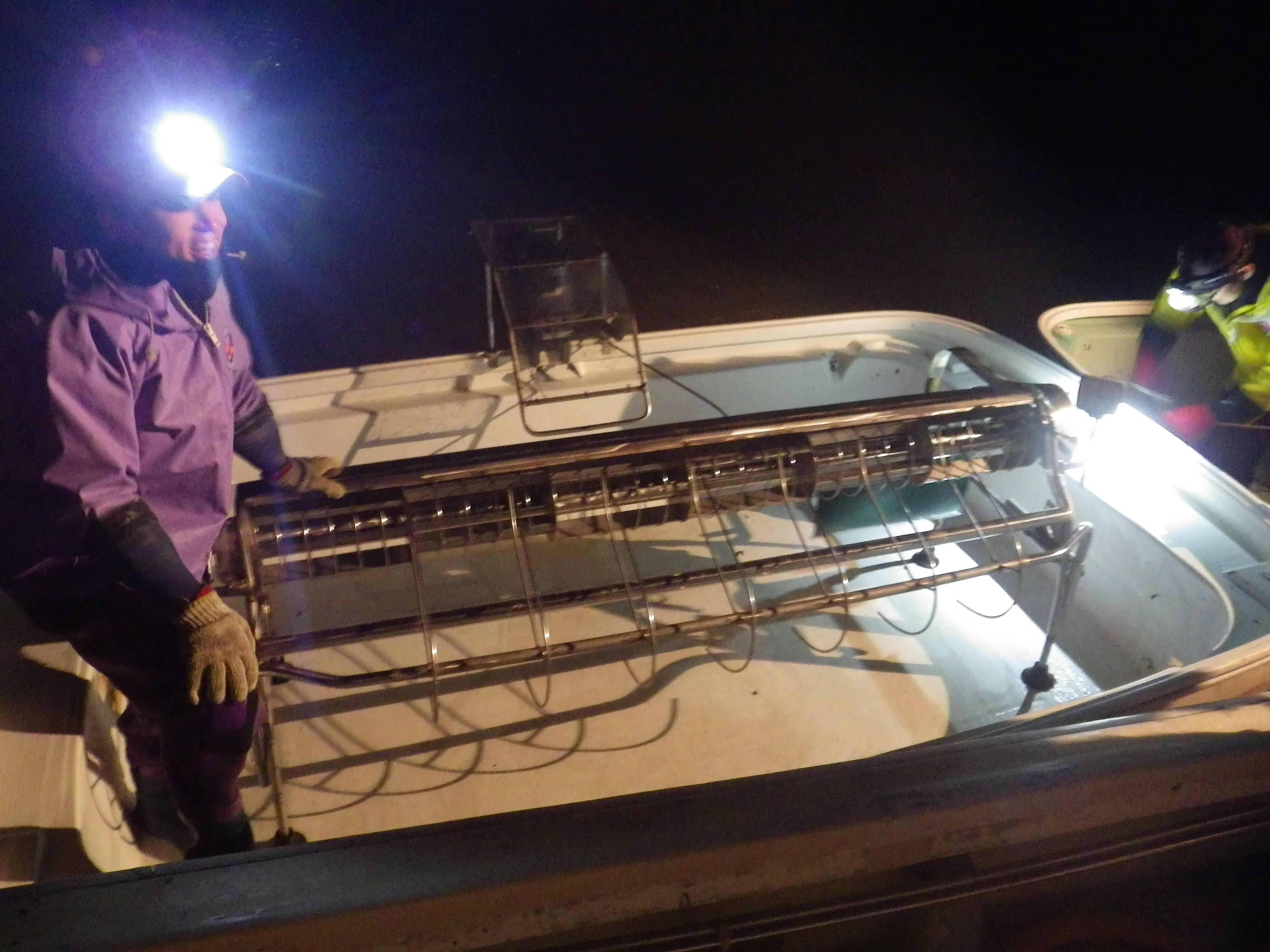 箱船に積まれたノリ摘み機