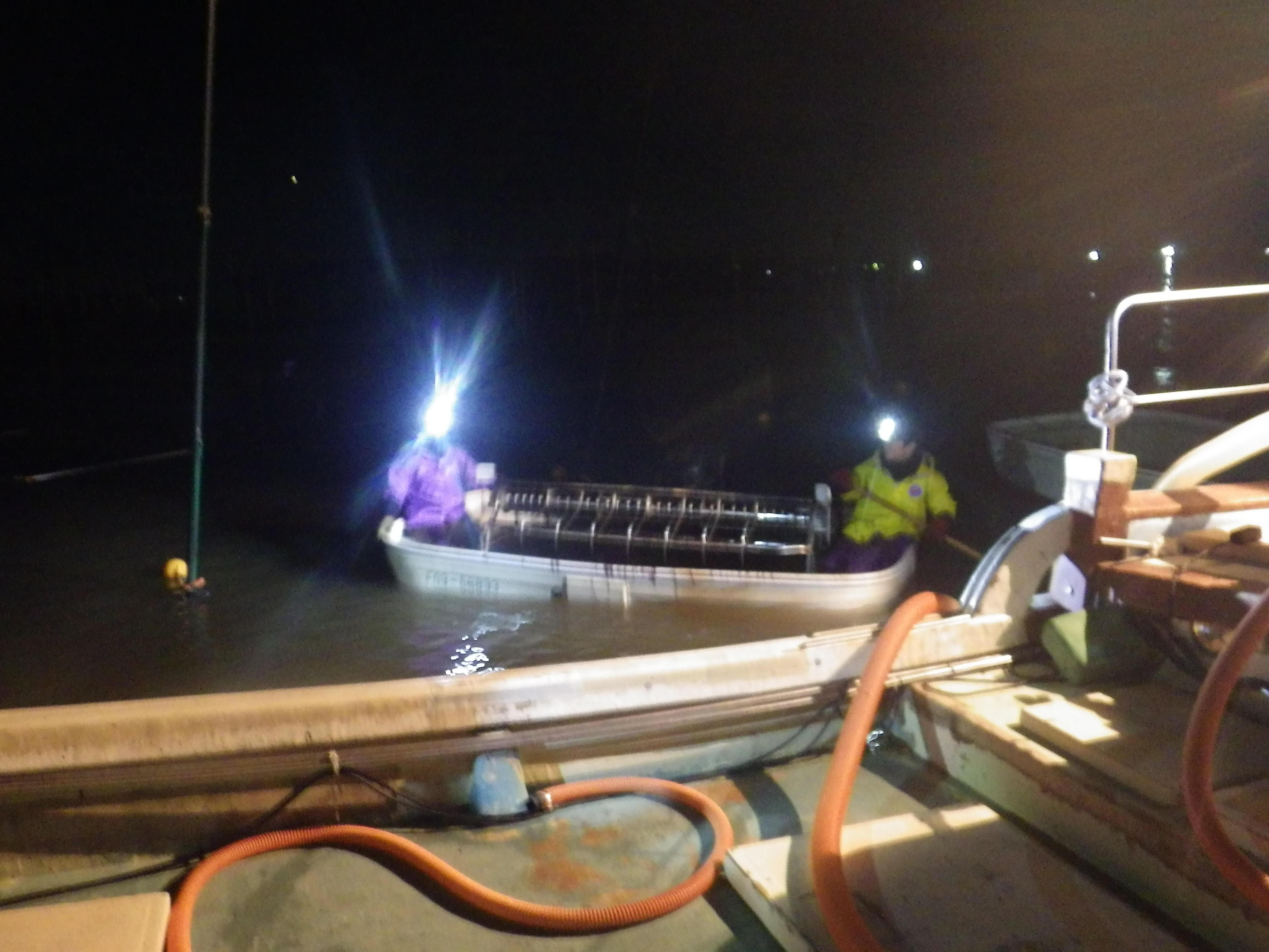 夜間に作業する漁業者