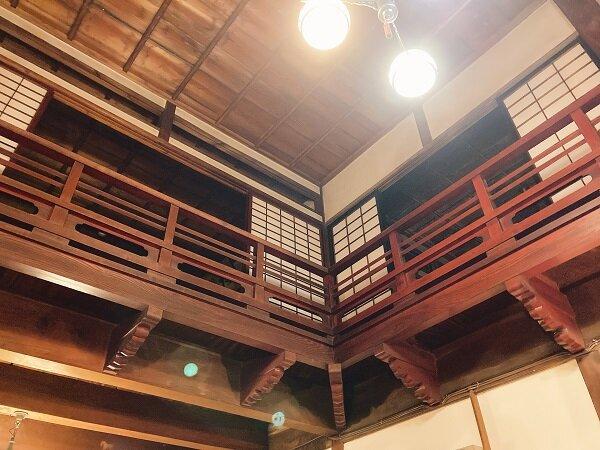 天井が高くて開放的な、趣のある店内。明治時代の建物なんだそうです。
