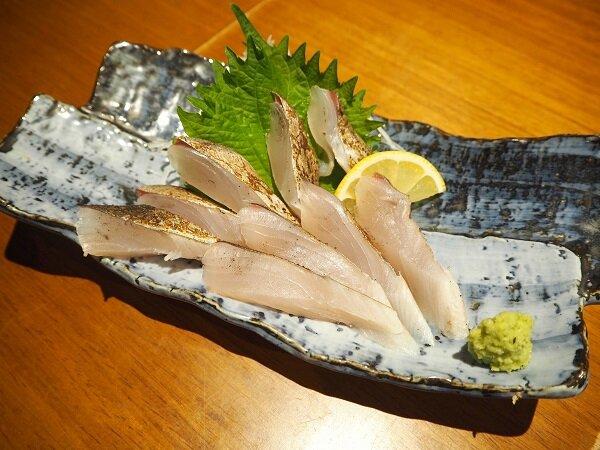 さわらの炙り刺し。さわらのように柔らかめの魚は、厚めに切ると美味しいと言われます
